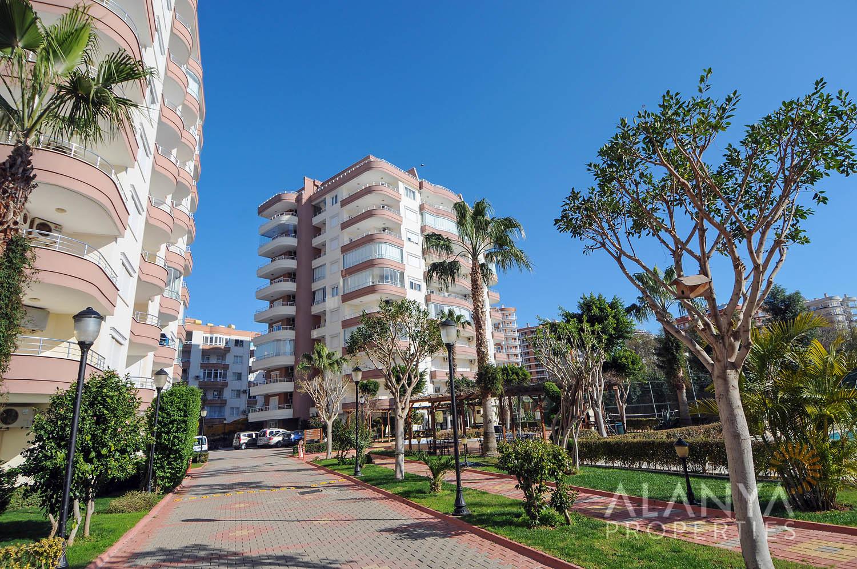 Volledig in gericht 2 slaapkamer appartement te koop met mooi uitzicht in Alanya, Tosmur